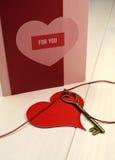 """""""Nyckel- formar förälskelsebegreppet till för min hjärta"""", med guld- hjärta nyckel-, och den röda hjärtagåvan märker Royaltyfri Foto"""
