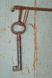 Nyckel- hänga för antikvitet på träbakgrund Arkivfoton