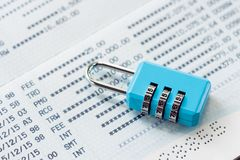 Nyckel- lås och kedja på bokföringsunderlaget för bank för lås för bankkontolockoutbegrepp som förläggas på det vita utrymmet för royaltyfri fotografi