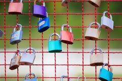 Nyckel- lås på stålstaketet fotografering för bildbyråer