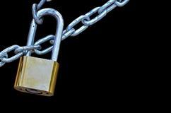 Nyckel- lås som låsas med kedjan royaltyfria bilder