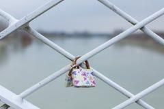 Nyckel- l?s p? ett staket av bron fotografering för bildbyråer