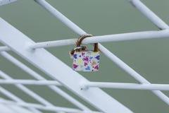 Nyckel- l?s p? ett staket av bron royaltyfri foto