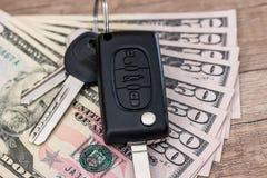 Nyckel- ligga för bil på USA 50 dollarräkningar Arkivfoto