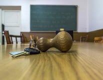 Nyckel- ligga för klassrum på skrivbordet Arkivfoto