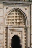 Nyckel till Indien i Mumbai Bombay - utsmyckat snida på valvgång arkivfoton