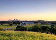 Nyckelbåge och St Louis, Missouri horisont arkivfoto