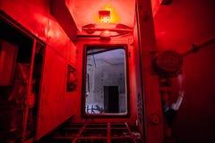 Nyckelkorridor av airlocken av den övergav bunker Stor hermetisk dörr arkivfoton
