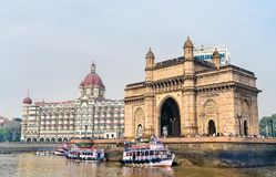 Nyckeln av Indien och Taj Mahal Palace som sett från Arabianet Sea Mumbai - Indien royaltyfri bild