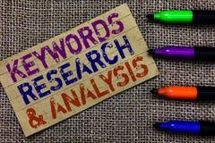 Nyckelord forskning och analys för handskrifttexthandstil Begreppsbetydelsesökandet för data och skapar compu för tabellgrafPaper arkivfoto