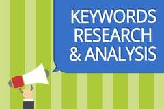 Nyckelord forskning och analys för ordhandstiltext Affärsidéen för sökandet för data och skapar hållande megaph för tabellgrafman vektor illustrationer