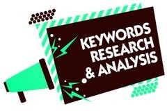 Nyckelord forskning och analys för ordhandstiltext Affärsidéen för sökandet för data och skapar loudspea för tabellgrafmegafon royaltyfri illustrationer
