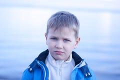Nyckfull pojke vid seahoren Royaltyfri Foto
