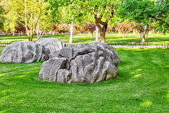 Nyckfulla stenar i en parkera nära av den komplexa templet av himmel I Royaltyfria Foton