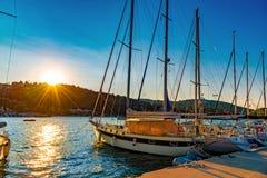 Nydri口岸,传统希腊帆船在莱夫卡斯州 库存照片