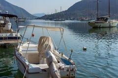 NYDRI, LEUCADE, GRECIA 17 LUGLIO: Porto alla baia di Nydri, Leucade, Grecia Immagini Stock Libere da Diritti