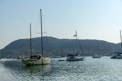 NYDRI, LEUCADE, GRECIA 17 LUGLIO: Porto alla baia di Nydri, Leucade, Grecia Fotografia Stock
