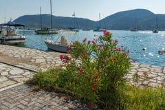 NYDRI, LEUCADE, GRECIA 17 LUGLIO: Porto alla baia di Nydri, Leucade, Grecia Fotografia Stock Libera da Diritti