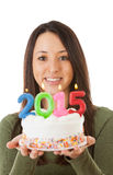 NYE :在拿着2015生日蛋糕的妇女的焦点 免版税库存照片