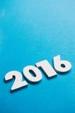 NYE: Blanco 2016 en fondo azul Imagenes de archivo