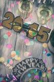 NYE: Brilho 2015 vidros no meio do fundo do partido Foto de Stock