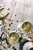 NYE: Champagne To Celebrate New Year auf Schmutz-Hintergrund Lizenzfreies Stockfoto