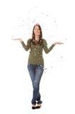 NYE : Femme célébrant en jetant des confettis dans le ciel Photos stock