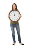 NYE : Femme tenant l'horloge pendant le temps près du minuit Image stock
