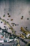 NYE: Fondo del Grunge para Eve With Confetti y el cuello del Año Nuevo Fotos de archivo