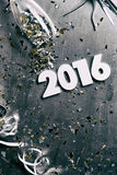 NYE: Fundo 2016 sujo com confetes e flâmulas Fotografia de Stock Royalty Free
