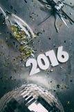 NYE: Grungy bakgrund för nytt år 2016 med spillda konfettier Royaltyfri Bild