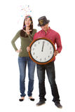NYE: La mujer lanza confeti mientras que el reloj pega medianoche Imagen de archivo