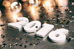 NYE: Liczby Dla 2016 Lay Wśród confetti I Edison świateł Zdjęcie Stock