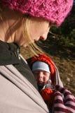 nyfödd beundra moder Arkivbilder