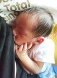 nyfödd breastfeeding Arkivfoto