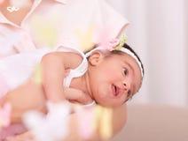Nyfödd flicka med modern Arkivbilder