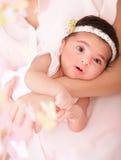 Nyfödd flicka på moderhänder Arkivfoton