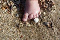 Nyfödd fot i sanden Royaltyfri Bild