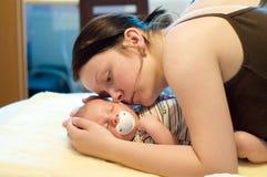 nyfödd moder Arkivbilder