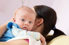 nyfödd moder Arkivfoto