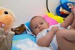 Nyfödd pojke på den ändrande tabellen Arkivfoton