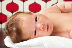 Nyfödd skönhet behandla som ett barn pojken Arkivfoton