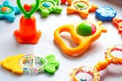 Nyfödd uppsättning av leksaker av teether och pladdrar royaltyfria foton
