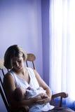 nyfödd vagga moder Arkivfoto