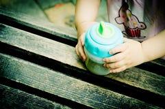 Nyfödda babys hand Arkivfoto