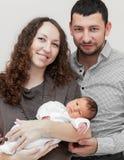 Nyfödda moder och fader som rymmer royaltyfri fotografi