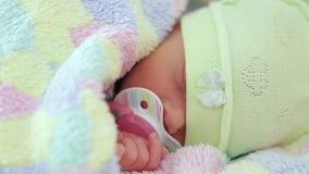 Nyfödda sömnar med en fredsmäklare arkivfilmer