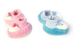 Nyfödda skor för rosa färger och för blått royaltyfri foto