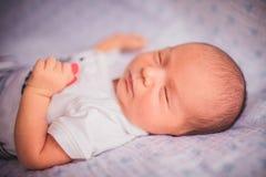 Nyfödda små behandla som ett barn att sova Arkivbilder
