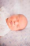 Nyfödda små behandla som ett barn att sova Royaltyfri Foto